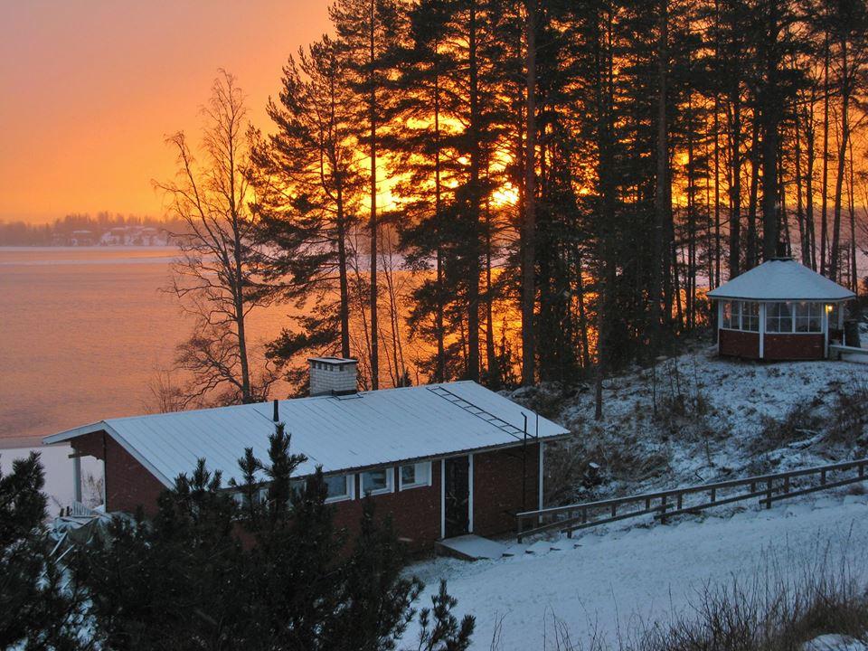 Auringonlasku Kopolan järvellä, rantasauna ja grillikatos